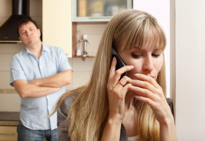 5 Ways to Spy on Wife's Phone without Her Knowing